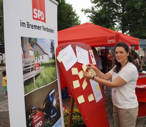 """Die SPD-Bundestagsabgeordnete Sarah Ryglewski informiert sich beim Stadtteilfest Borgfeld über die Aktion """"Der rote Schuh"""" der Ortsvereine Oberneuland, Borgfeld und Horn-Lehesterdeich"""